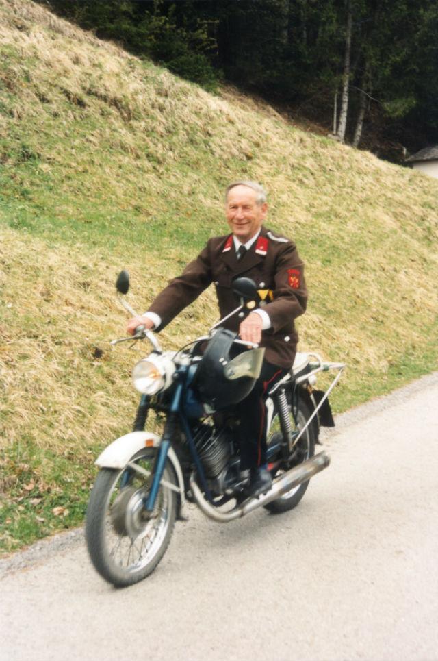 Der Mesner anlässlich der Pumpeneinweihung im Jahre 1997 auf seinem geliebten Motorradner_1997