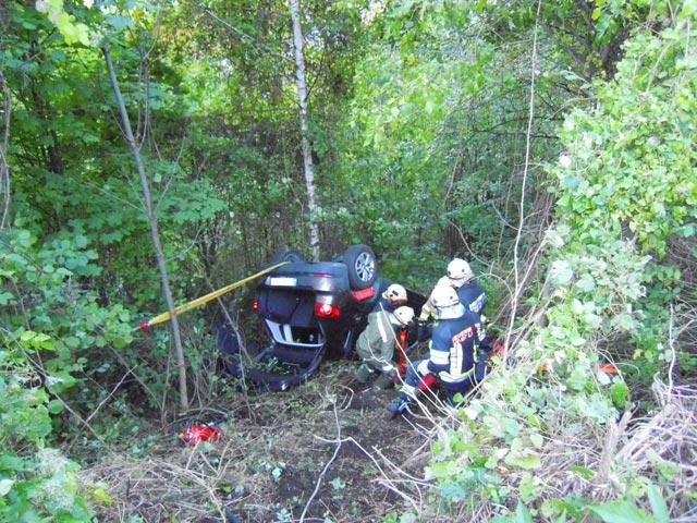 Die Feuerwehren Lavant und Lienz in Zusammenarbeit mit dem Roten Kreuz Lienz bei der Bergung der verletzen Insassen.