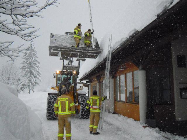 Befreiung der Sirene von der Schneelast mit Hilfe von schwerem Gerät.