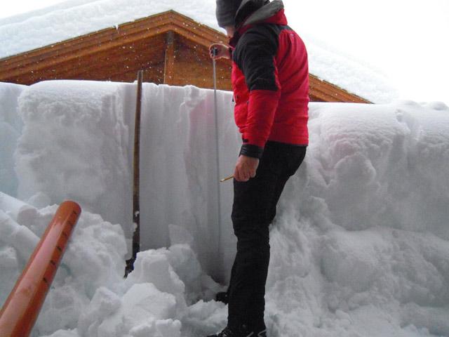 Messung des Gewichtes und der Schneehöhe auf dem Dach