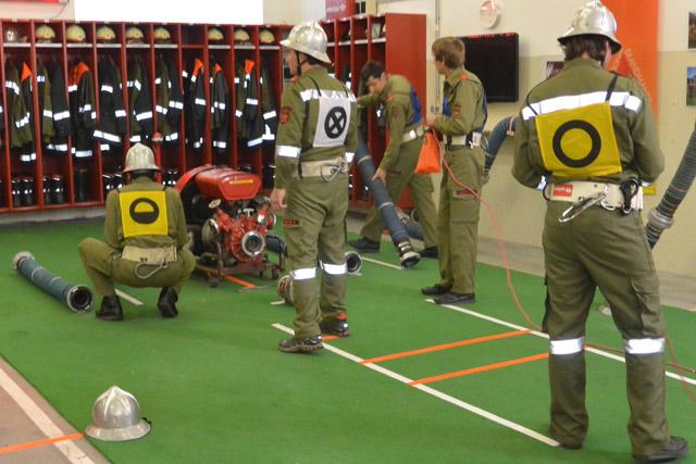 Unsere Gruppe bei den letzten Vorbereitungsarbeiten vor dem Angriff