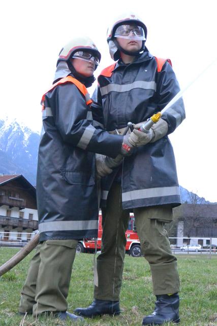Unsere zwei jungen Kameraden Daniel und Andreas bei der Strahlrohrführung