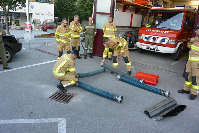 Errichtung eines behelfsmäßigen Auffangsbeckens mittels Saugschläuchen und Plane