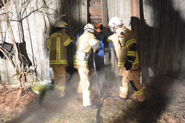 Löscharbeiten durch die Mannen der Feuerwehr Lavant