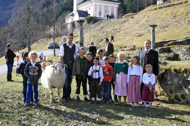 Lavanter Kinder mit dem Opferwidder und Bürgermeister Oswald Kuenz