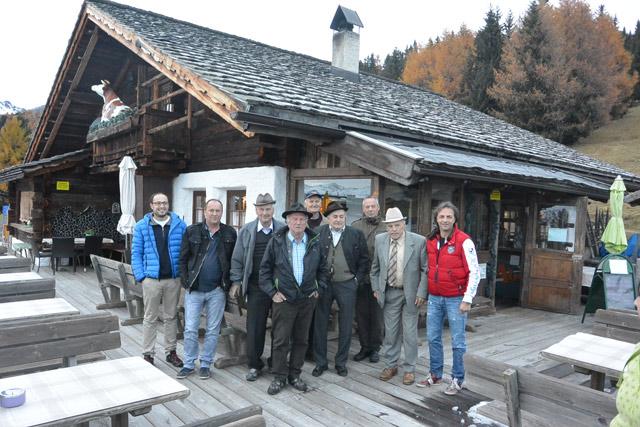 """Unsere Reservisten mit Kdt. und Kdt.-Stv. beim Gasthof """"Die Alm"""""""