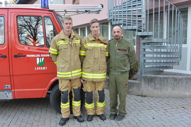 Die jungen Feuerwehrmänner Fabian Winkler und Matthias Jesacher mit Kdt.-Stv. Ulrich Pacher
